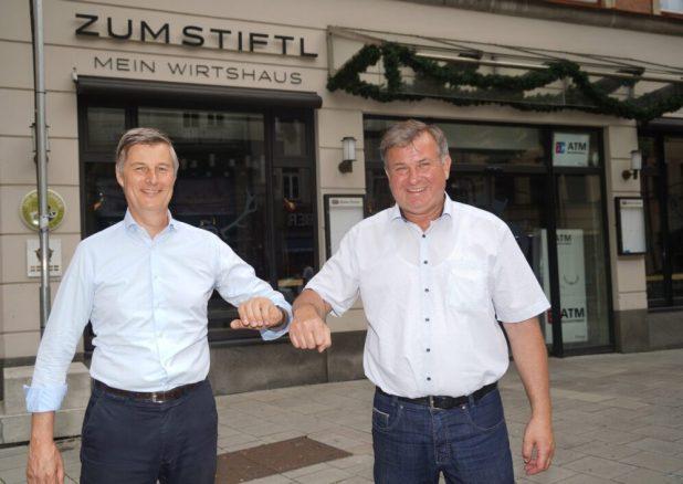 Archibald Graf von Keyserlingk und Lorenz Stiftl vor dem alten Wirtshaus Zum Stiftl und dem künftigen HeimWerk. Quelle Foto: BBMC, Dvauel