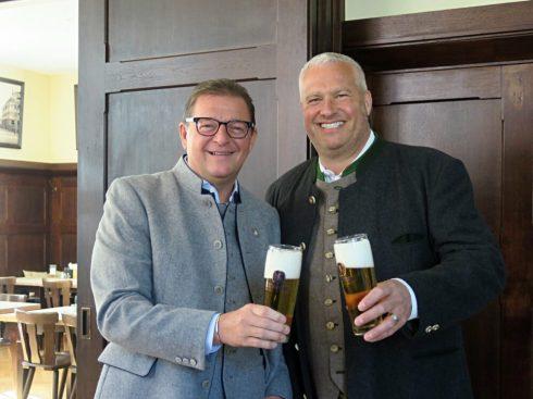 Löwenbräu-Vorstand Bernhard Klier (l.) und Wirt Manfred Rott (r.) stoßen auf die Wiedereröffnung vom Wirtshaus in Sendling an Foto: A. Baronikians