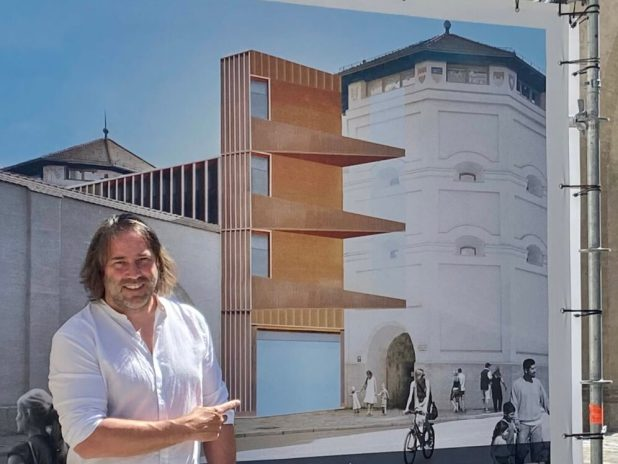 Roland Hefter vor Konzeptidee für die Aufzuganlage zum Valentin-Karlstadt-Musäum