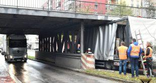Zwei Lastwagen hängen gleichzeitig unter einer Brücke fest
