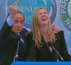 Silvio Berlusconi in una sua posa tipica