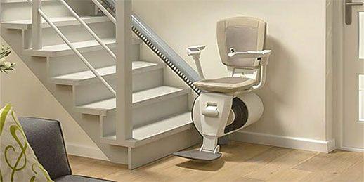 كرسي الدرج بجانب الجدار