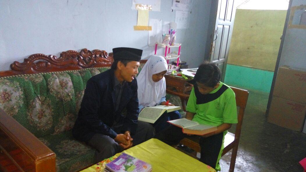 Mahasiswa KKN Ciporos Beri Pelatihan Tilawatil Qur'an