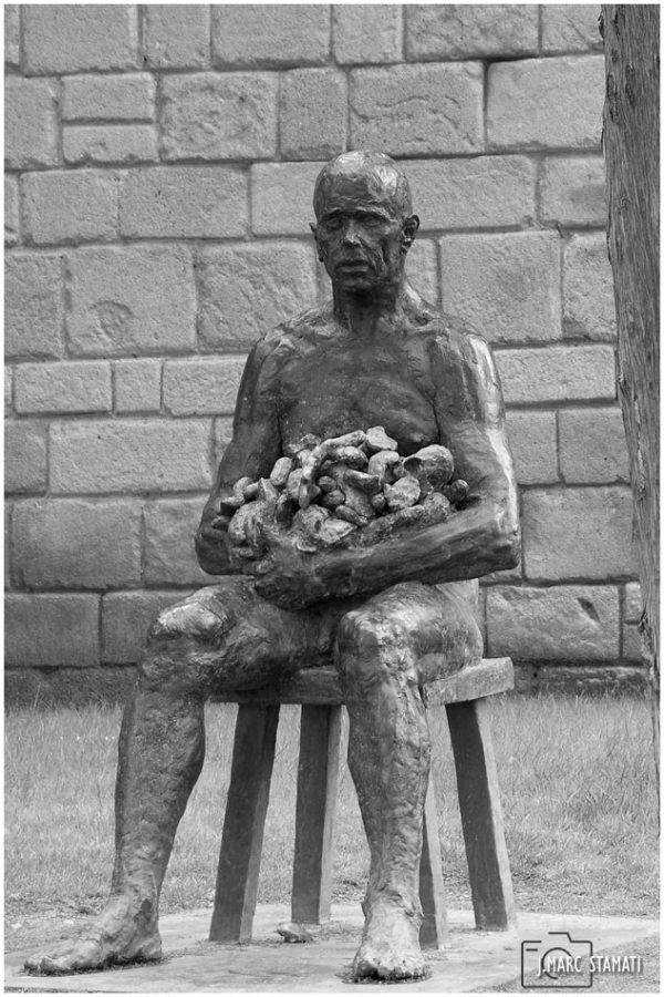 Statue d'homme assis