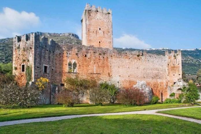 Giardino di Ninfa e il Castello Caetani di giorno con cielo sereno