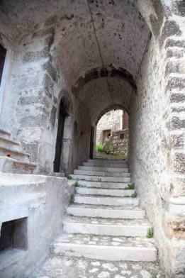 Abruzzo, una scalinata a Santo Stefano di Sessiano