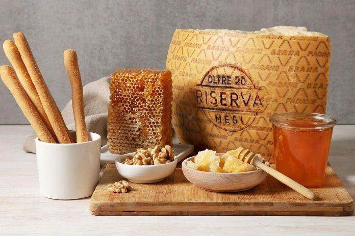 Grana Padano con miele, frutta secca e grissini