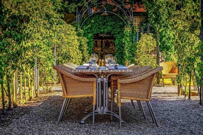 Dove mangiare nei ristoranti: è possibile solo sui tavoli esterni