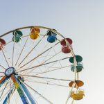 ruota panoramica in un parco divertimenti