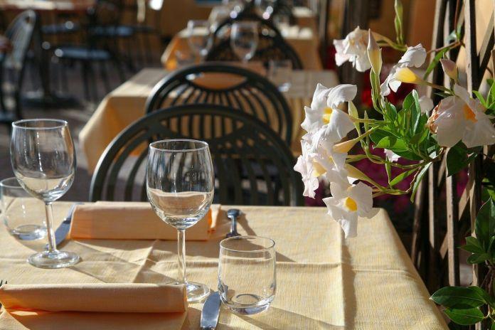 Coprifuoco, senza la modifica dell'orario i ristoranti potranno aprire ai clienti solo all'esterno fino alle 22