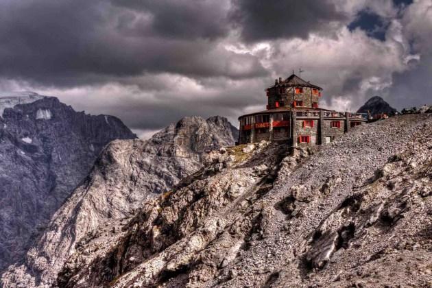 Rifugio Tibet visto dall'esterno in una giornata nuvolosa