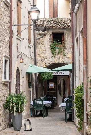 Ristoranti in un vicolo stretto in Italia