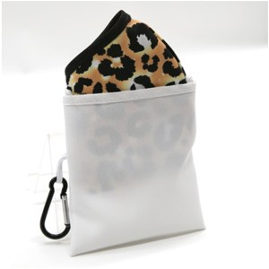 Porta Mascherina compreso di moschettone in poliestere bianco-nero 12×13,5 cm