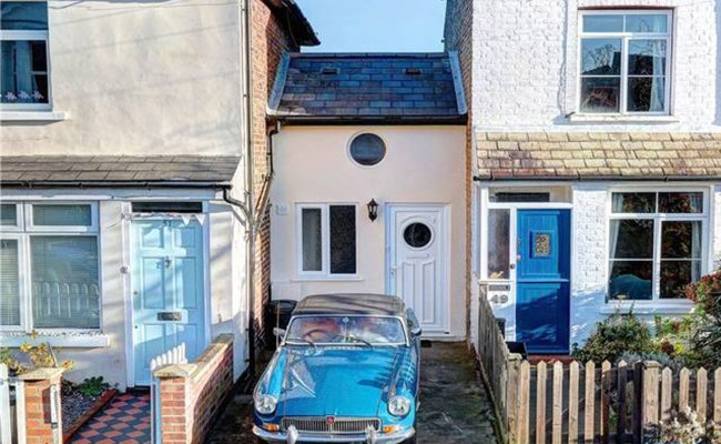 A Bit Of A Squeeze Narrow House In Twickenham Goes On The