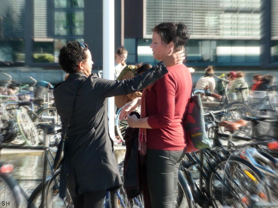Vrouw probeert vrouw in rode trui te omhelzen - Standort Hamburg