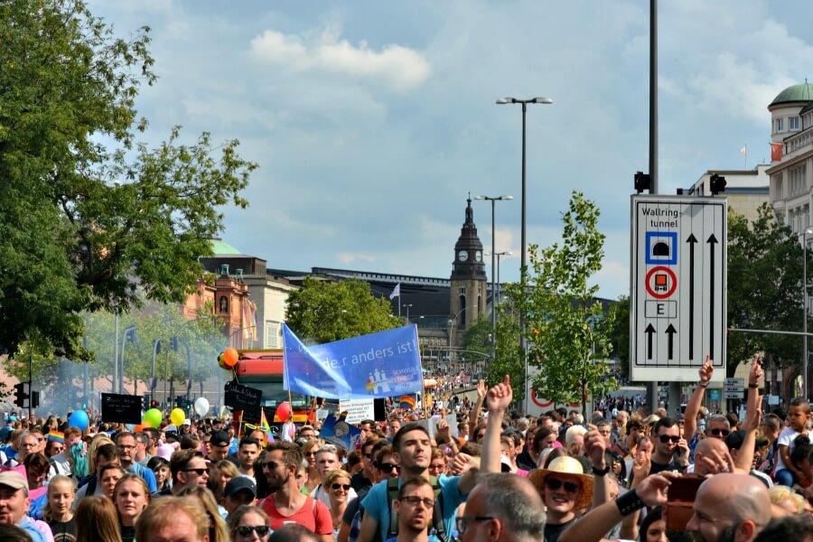 De binnenstad in Hamburg is tijdens de Pride Parade een groot feest