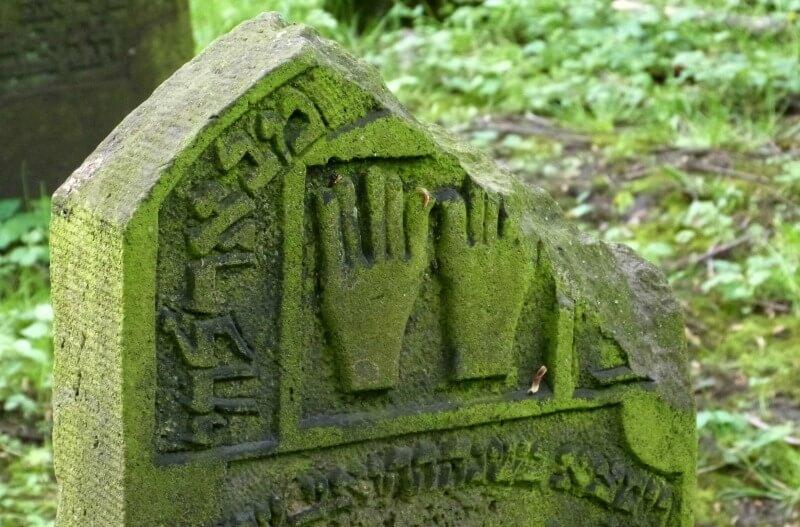 Zegenende handen op een Joodse grafsteen