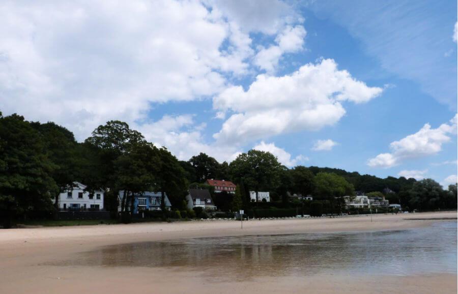 Uitzicht op Blankenese vanaf het strand