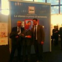 A sinistra il Presidente Federcostruzioni Ance Italia Rodolfo Girardi, al centro l'inventore della Stanza Antisismica Antonio D'Intino e a destra il Prof. Andrea Prota del Comitato Scientifico Isi. Sullo sfondo il prototipo Madis Room