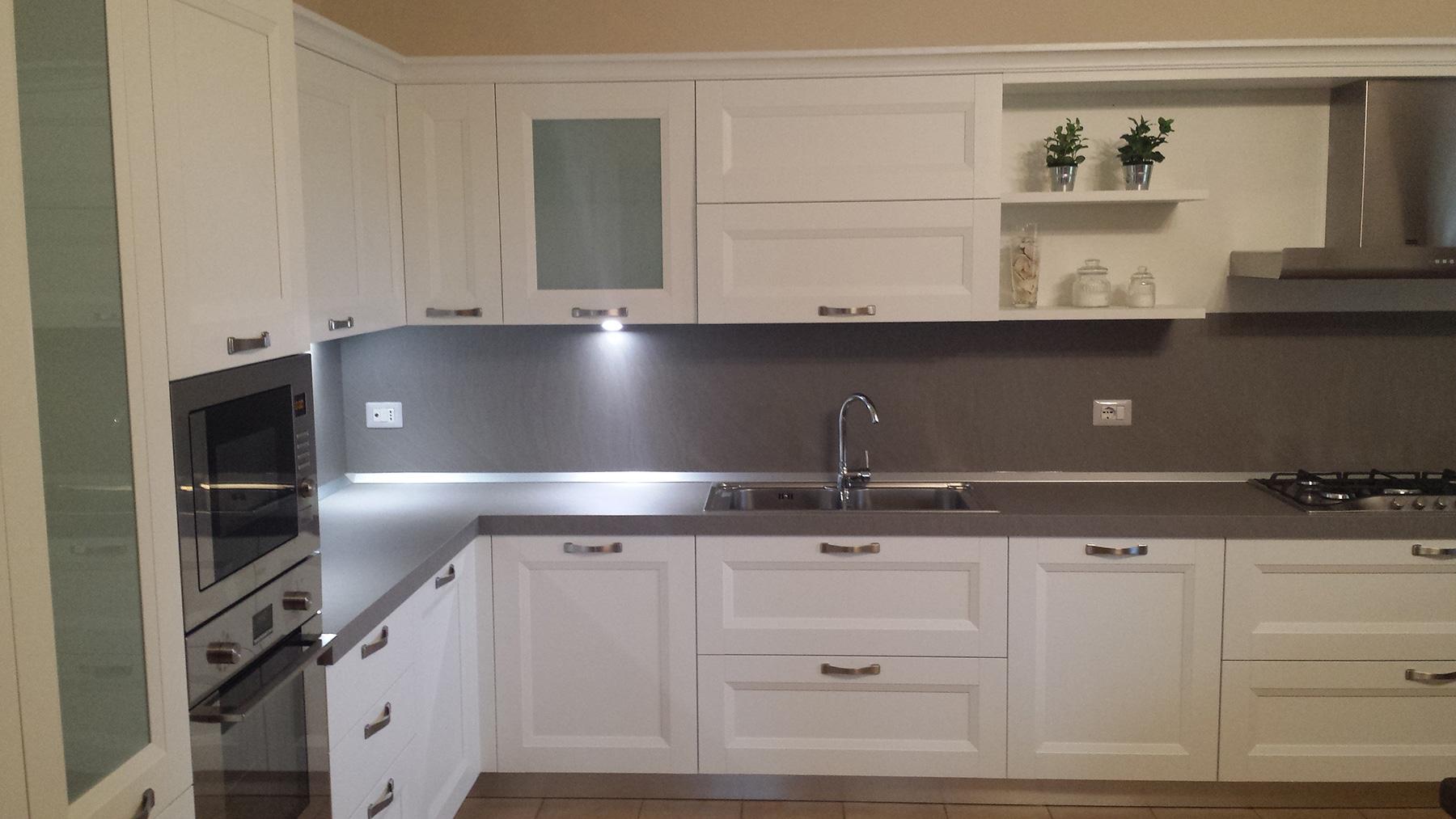 Abitazione privata a Pederiva di Montebelluna Cucina bianca frassinata con set elettrodomestici Franke