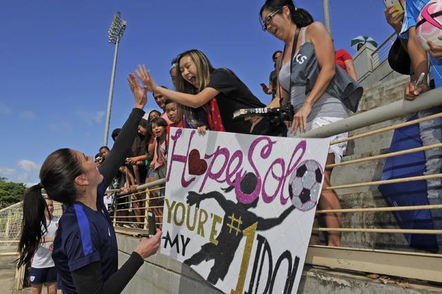 u s women s soccer team surprises fans