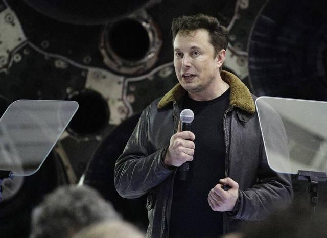 Elon Musk names Japanese billionaire for around-the-moon space trip | Honolulu Star-Advertiser