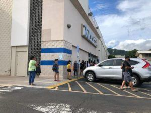 CASSIE ORDONIO / CORDONIO@STARADVERTISER.COM                                 Shoppers lined up outside the Ross Dress for Less store on South King Street on May 26.