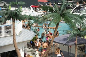 KANSAS CITY STAR VIA ASSOCIATED PRESS                                 Crowds of people gather at Coconuts Caribbean Beach Bar & Grill in Gravois Mills, Missouri, on May 24, 2020. Several beach bars along Lake of the Ozarks were packed with party-goers during the Memorial Day weekend.