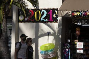 CINDY ELLEN RUSSELL / CRUSSELL@STARADVERTISER.COM An ABC store heralds the New Year on Thursday in Waikiki.
