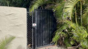 COURTESY HONOLULU DEPARTMENT OF PARKS & RECREATION                                 Workers cut down a privately-owned gate used to block access to the easement located near 379 Portlock Rd.