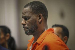ANTONIO PEREZ/CHICAGO TRIBUNE VIA AP, POOL / 2019                                 R. Kelly appears during a hearing at the Leighton Criminal Courthouse in Chicago. Federal prosecutors in New York asked a judge for permission to admit what they said was evidence for which Kelly has not been charged, at his upcoming sex-trafficking trial in Brooklyn.