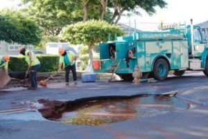 JAMM AQUINO / JAQUINO@STARADVERTISER.COM                                 Honolulu Board of Water Supply crews work to fix a sink hole that opened up today due to a watermain break on Kamahao Street.