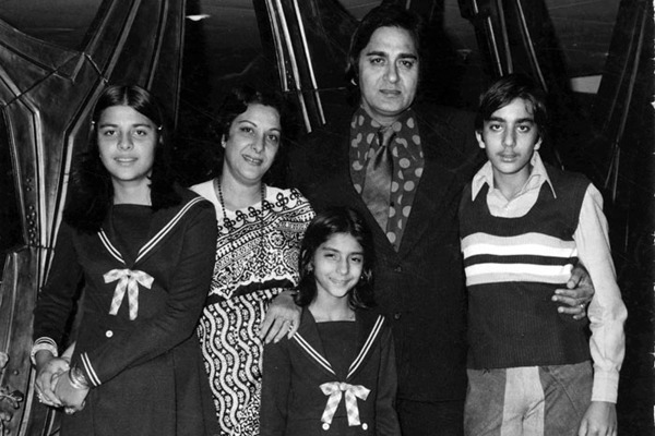Sanjay Dutt With His Parents And Sisters