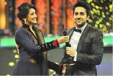 Ayushmann receiving Filmfare award for Vicky Donor