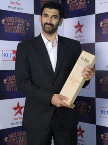 Aditya Roy Kapur with award