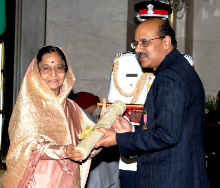 Shekhar Gupta Receiving The Padma Bhushan From Former President Pratibha Patil