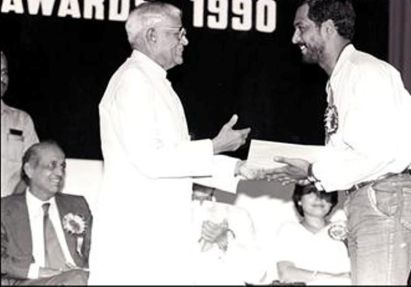 Nana Patekar Receiving Filmfare Award