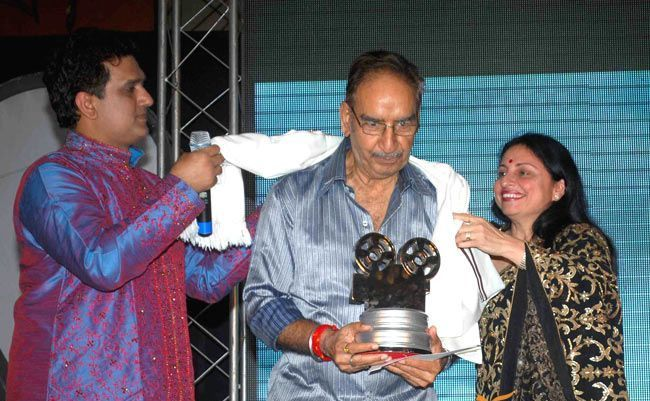 Veeru Devgan receiving Immortal Memories Award