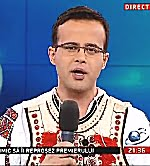 Mihai Gâdea în costum popular, aberând cu spor la ordinul Mogulului.