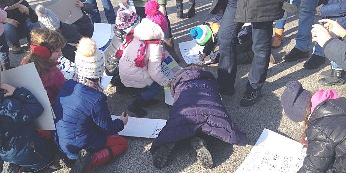 Protecţia Copilului face presiuni asupra părinţilor protestatari