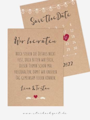 Rückseite: Mit der schönen Save the Date Karte in Natur Kraftpapier Optik und einem Kalender mit verschiebbarem rotem Herz als Markierung des Datums kannst du deinen Hochzeitsgästen den Hochzeitstermin frühzeitig mitteilen. Die zarte weise Lichterkette deutet auf die Feier dezent hin. | starhochzeit