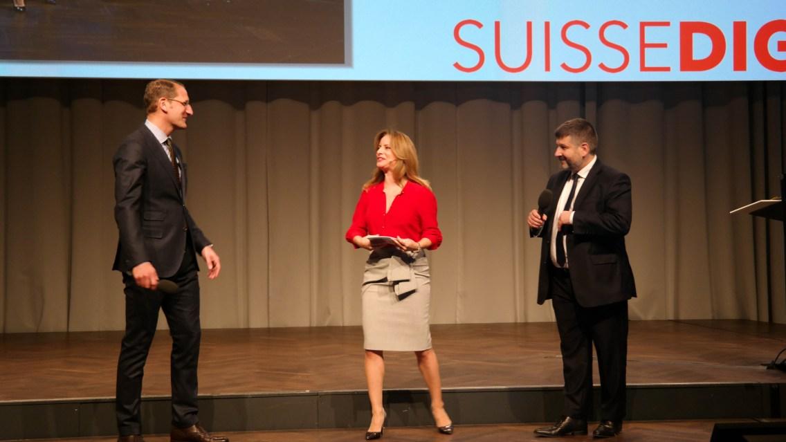 (V. l.) Simon Osterwalder, Geschäftsführer Suissedigital, Moderatorin Isabel Florido, und Pierre Kohler, Präsident Suissedigital, begrüssten das Publikum. (Source: Netzmedien)