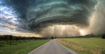 Un présentateur météo surpris par une violente tornade en plein direct