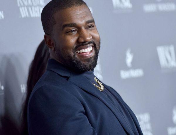 Kanye West se filme en train d'uriner sur son Grammy Award