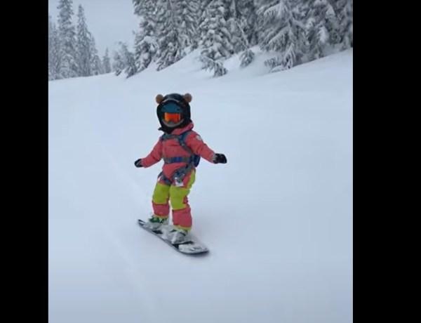 Impressionnant ! Du haut de ses 3 ans, cette petite fille est déjà une pro du snowboard !