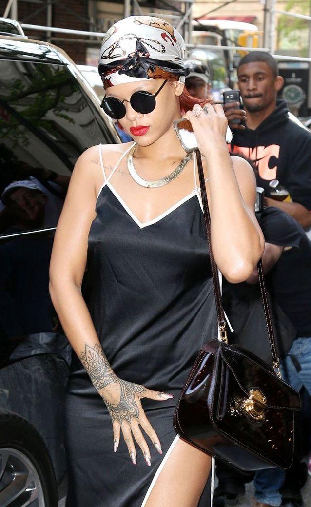 Rihanna montre son tatouage sur la main