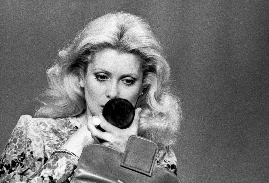 Le Farrah fawcett flip : Le retour du brushing le plus volumineux des seventies