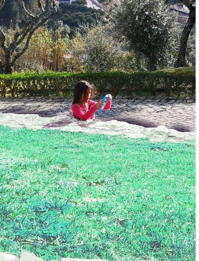 Cette photo d'une fillette coincée dans le sol rend les internautes fous