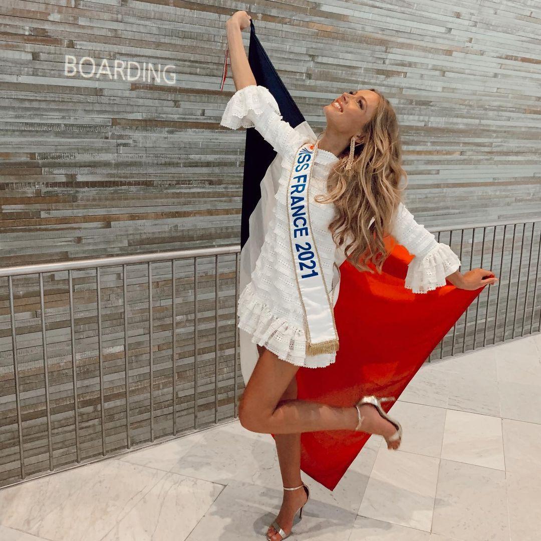 Miss Univers : Amandine Petit se dévoile dans un petit bikini le temps d'une séance photo