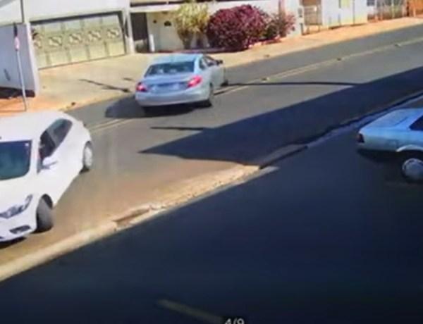 Oups  ! Quand deux voitures quittent leur place de parking en même temps !
